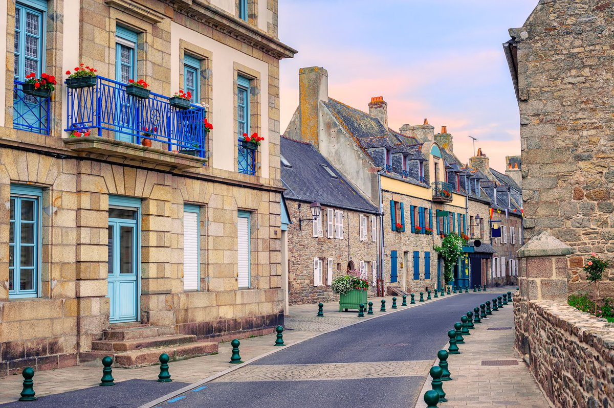 Pic of the Day - One of several pretty streets in the quaint Breton port town of Roscoff #France https://t.co/roiJCVXuUS