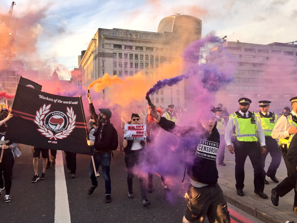Protest crossing London Bridge #noborders https://t.co/d0lBZVAzDX