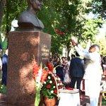 PM Shri @narendramodi offering floral tributes at bust of the former PM Late Shri Lal Bahadur Shastri, at Tashkent. https://t.co/cICLlHCLrp