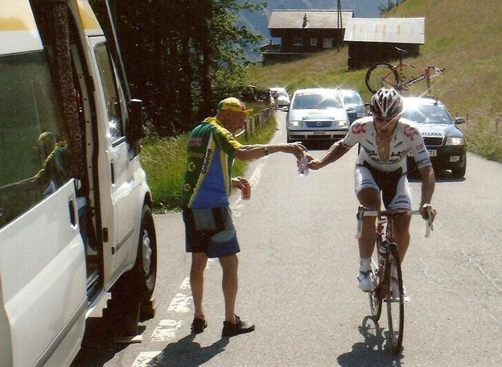 couldn't count how many waters & cokes Lucien handed up to me @ my 12 TdF's. There for ALL riders for 40 yrs #legend https://t.co/R08NHhcX0R