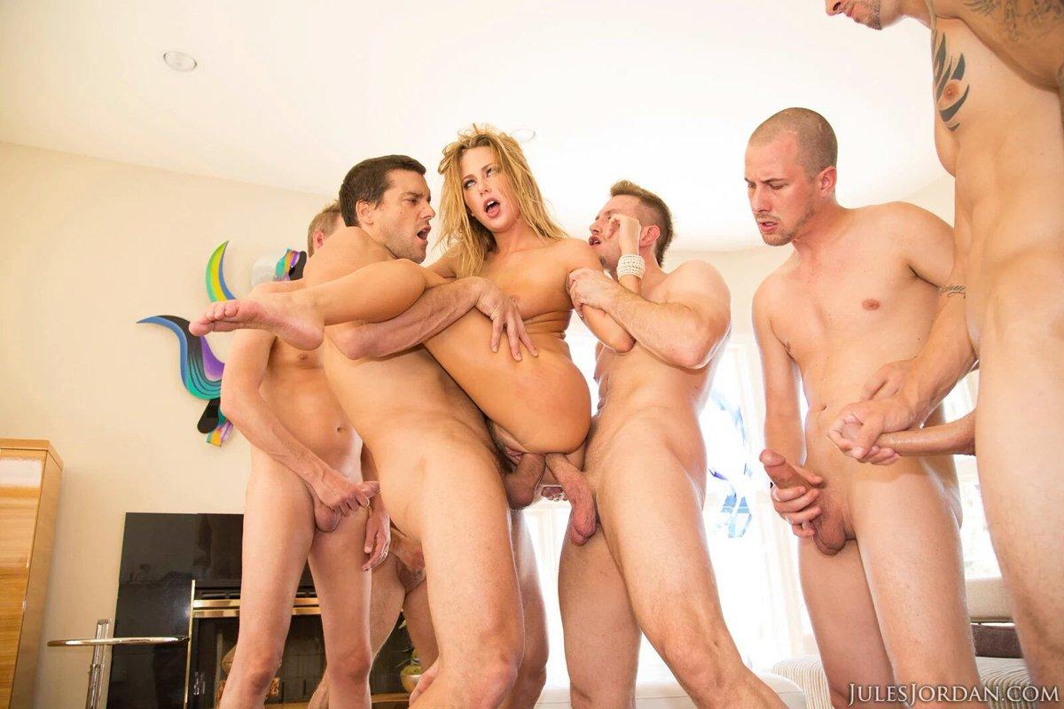Молодые сучки по очереди трахаются с паренем