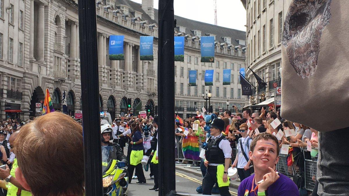 驚いたのはこれ、警察が警備ではなく団体の1つとしてパレードに参加していたこと。他にも消防車、救急車が参加団体としてパレードとして歩いてきた!写真が悪くて申し訳ないが  #NoFilter  #londonpride https://t.co/NkF22k0vQ5