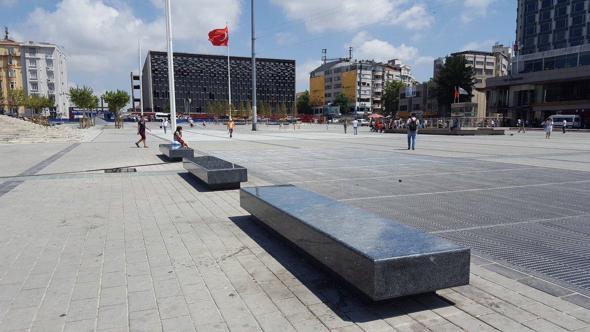 Yeni Taksim Meydanı ne iyi oldu! Saksıda ağaçlar, ısıyı mıknatıs gibi çeken zemin & mermer oturaklarla cehennem gibi https://t.co/OQVju8iFKx