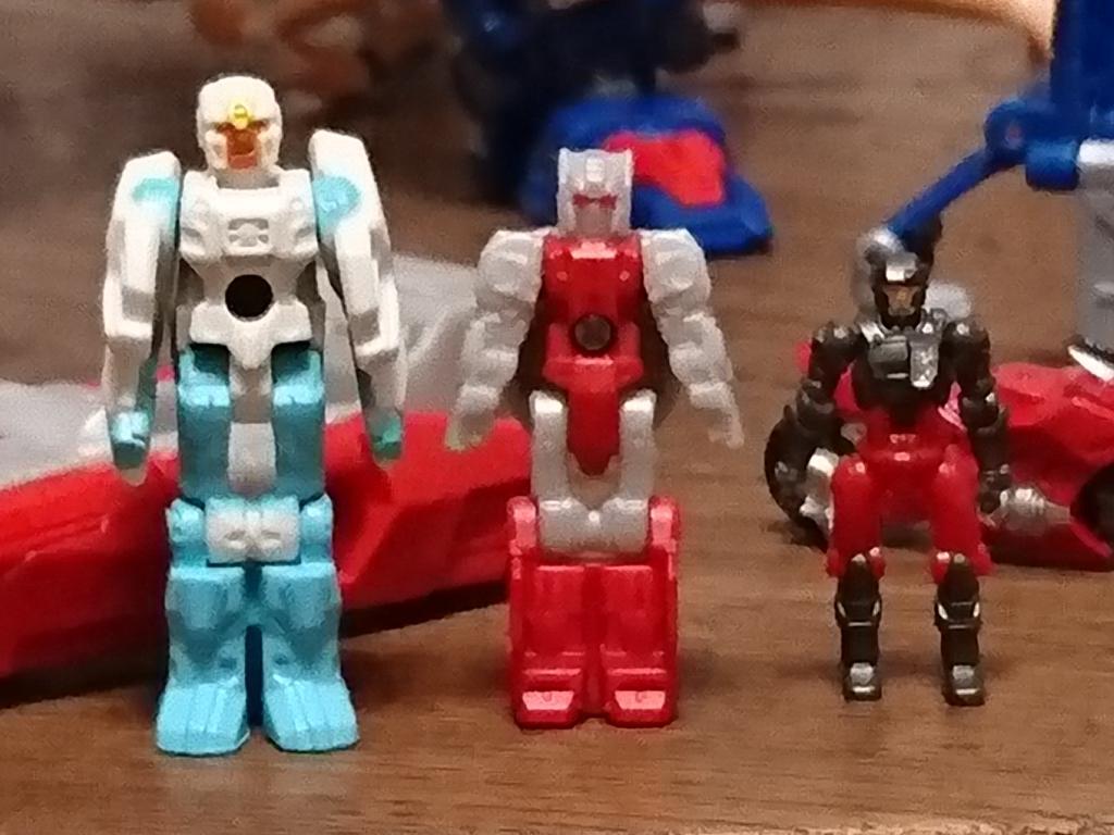あまり比較している人は見ない気がするので念のため撮影。向かって右から新ダイアクロン隊員、タイタンズ版ヘッドマスター、ジェネレーションズ版ヘッドマスターです。こうして見ると、ブレインストームのマスターはデカいですね (^^; https://t.co/Zai8fEY98A