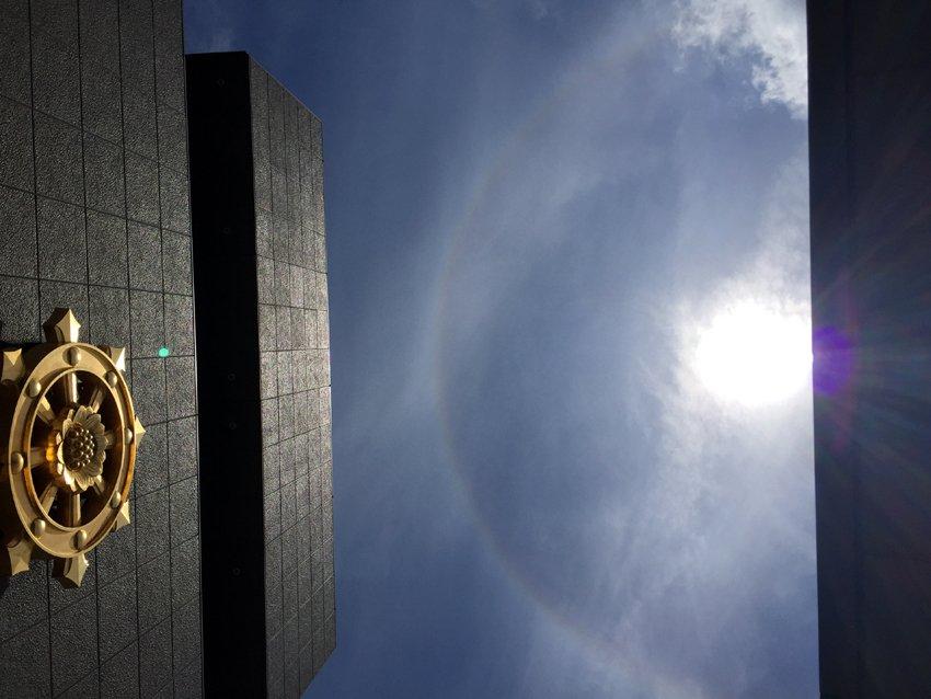 今日はお昼ごろ、真如苑 総本部のうえで、大きな日暈があらわれました。 親苑には今日もたくさんの方がお参りに来られています! https://t.co/yAP9YVZ9xf