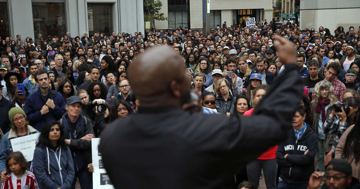 About 2,000 rally in #Oakland in reaction to #policeshootings. via @JennaJourno https://t.co/BA4rNj3zqj https://t.co/C7AoseDD5s