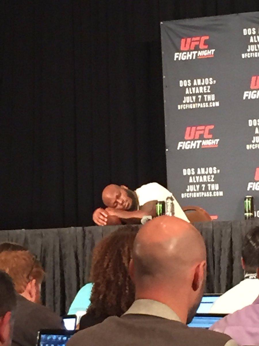 Derrick Lewis deserves a little nap following his split dec win over Roy Nelson...#sleepytown https://t.co/TdMtOMW0gV