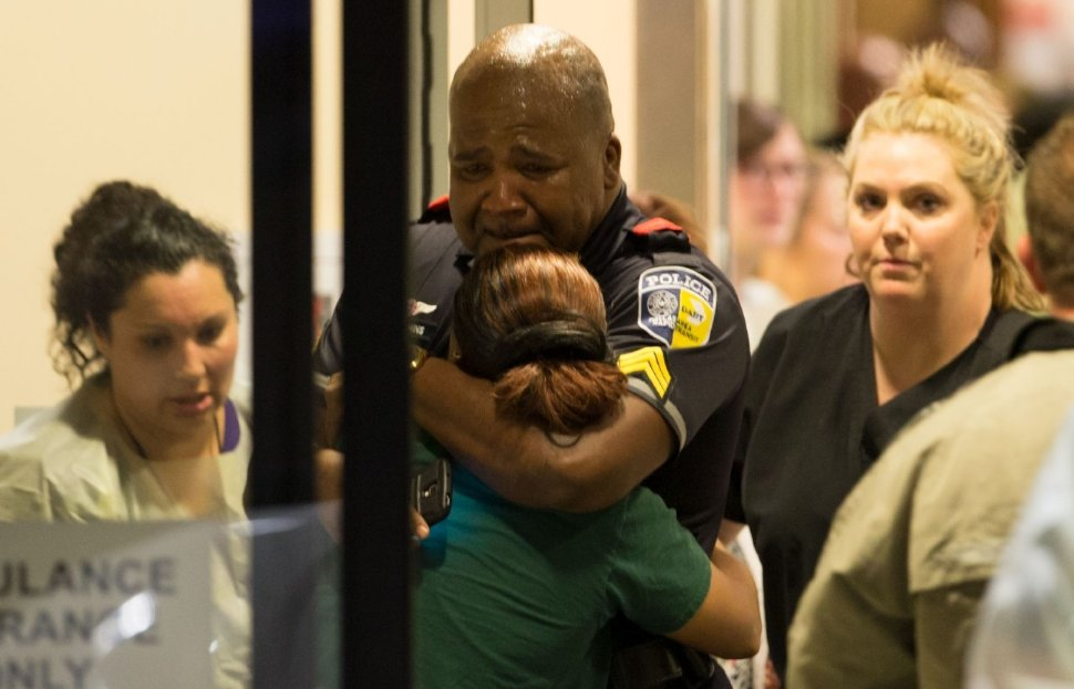 Powerful photo of a woman comforting an officer after the deadly #DallasShooting. #C3N https://t.co/sgCuWwriCv https://t.co/6Sz4TXxbeH