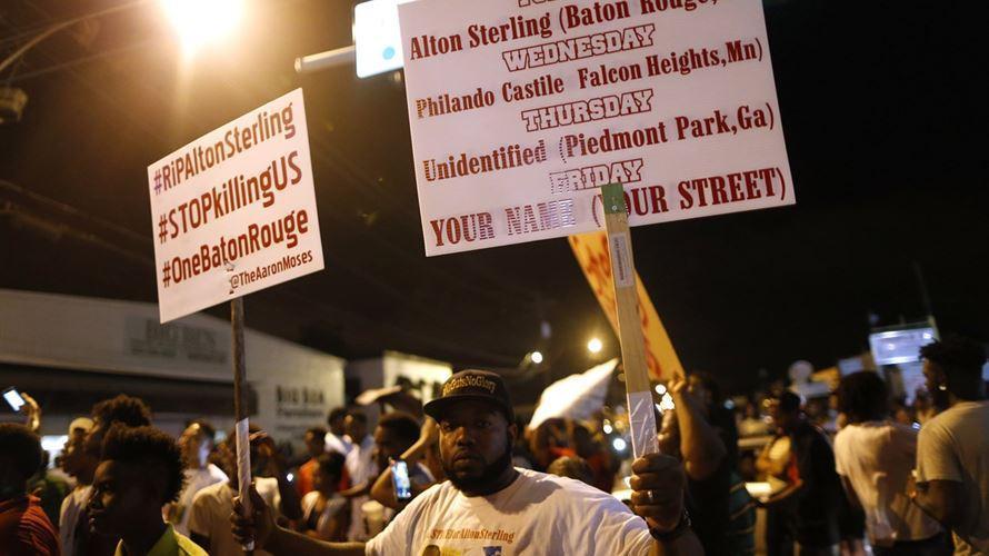 Suspeito do tiroteio de Dallas queria matar brancos, sobretudo polícias https://t.co/RyQVY11Ms6 https://t.co/pyHCZWTr9b