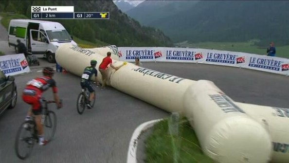 Certainly not the first time an inflatable arch has caused a snafu at a major bike race. #TDF2016 https://t.co/tIpgW4erFV