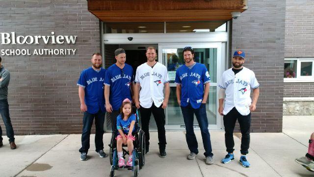 The @BlueJays have arrived at @HBKidsHospital to visit some of our bravest fans! #TeamJaysCare #VoteCaptainCanada https://t.co/xbdTKrxshD