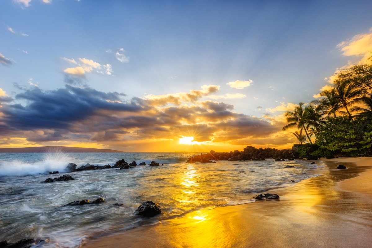 Be content with where you are, we all share the same sunset . #AlohaFriday   (Photo by Andrew Shoemaker Photography) https://t.co/Fn8iApHk4z