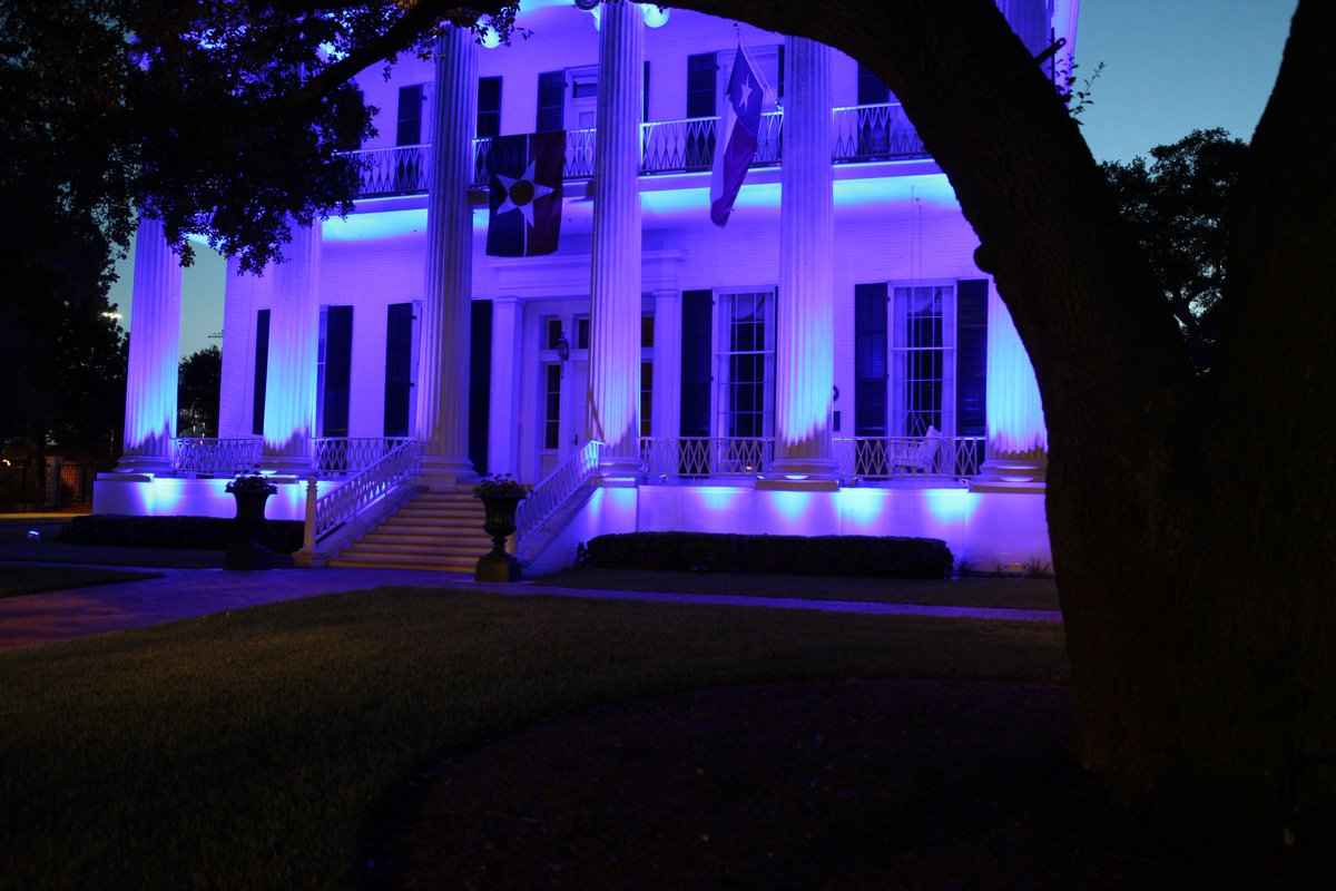 Texas Governor's Mansion lit blue for next 5 nights in honor of our fallen officers. #DallasStrong https://t.co/zKkzQUtkhT