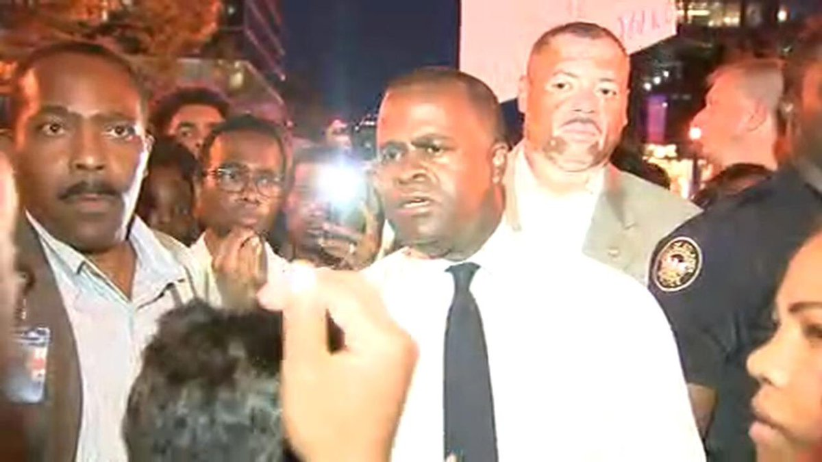 Kudos to Atlanta Mayor @KasimReed for going out into the march to talk to protesters. Great leadership. https://t.co/KGyrPEtQTN