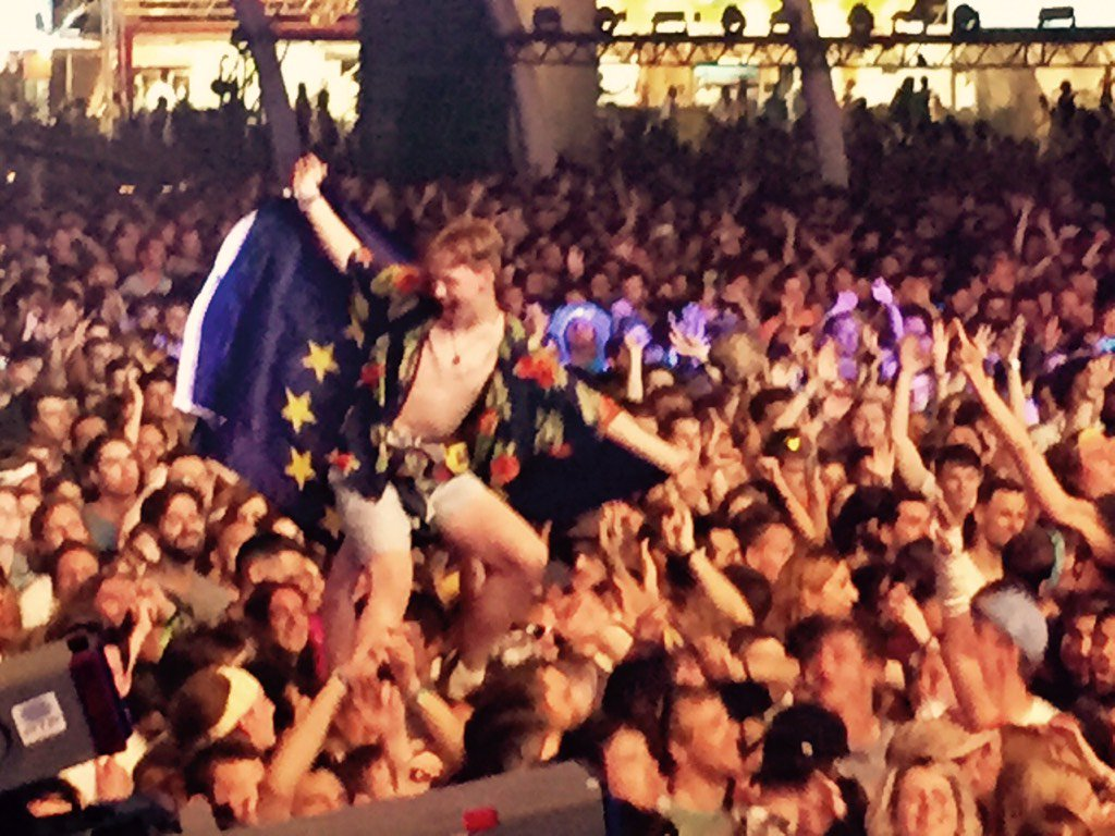 Shout out to this dude having the time of his life wrapped in the EU flag at our gig in Lisbon last night #needEUnow https://t.co/cKFRPRBhaN