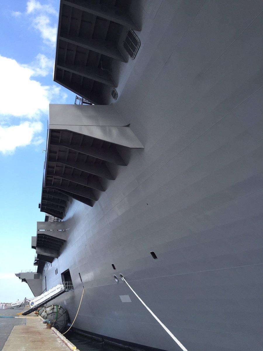 すっげー近くまで来て船頭を見てるけど、上まで見上げないと駄目なくらいデカい。@護衛艦いずも https://t.co/T295Dsh6N6