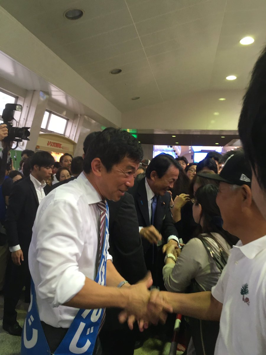 中西けんじ候補と麻生副総理の握手会  #中西けんじ https://t.co/v8emqY7qUU