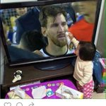 La hija de #Demichelis y #Eva, viendo a #Messi llorar, comenzó a secar sus lágrimas viéndolo por TV. https://t.co/1AaBxqcKWm
