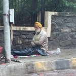 Senior citizen abandoned at Union Park, Pali Hill, Bandra; Seems from respected home, does not talk @Dev_Fadnavis https://t.co/QA9e7yfaNU
