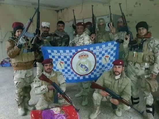 Soldados de #Irak llevan la bandera del @realmadrid a #Faluya   ciudad liberada de manos del #ISIS https://t.co/35X99MSOvY