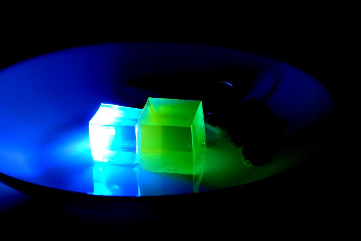 青と黄色のゼリーをピッタリとくっつけて、青いゼリーの方だけ紫外光で励起します。すると、黄色いゼリーも光るのです! 逆に黄色のゼリーの方を紫外光で励起しても、黄色いゼリーが光るだけで青色のゼリーの方は光りません。 https://t.co/tKuZMoLRPL