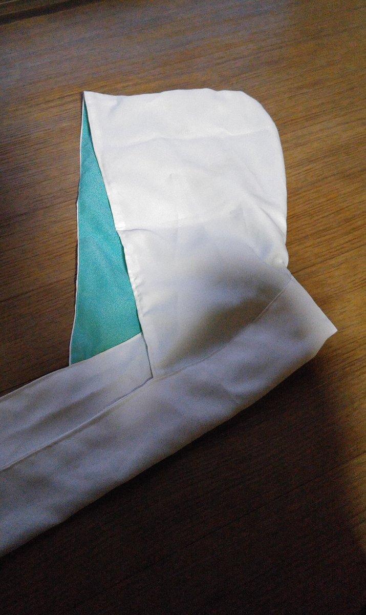 【コス作成レポ・岩融フード③】 フードと首周りは別の質感にしたかったので分離式。フードにはくくるための布を付け、くくり、くくった箇所を隠すように、ただの細長い長方形の布を巻きつけました。(写真参照。フード部はこんな感じ) https://t.co/v7q4w3y7j7