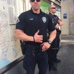 ハリウッドにいた警察というかセキュリティのお兄さんだけど 私(カッコいいムキムキのお兄さん達いる) 警「おう迷子か」 私「うん、後写真撮っていい?」 警「いいぞ、ハグもするか?」 私「お願いします‼︎」 #警察に言われたこと https://t.co/jdXfTOyMyI