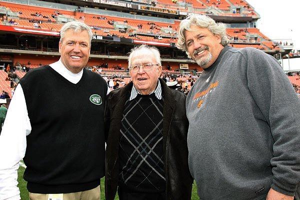 RIP coach Buddy Ryan. I had the privilege of playing for both his sons. #85BEARSd https://t.co/vNeOJ3O0YL