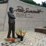 People pay tribute to Pat Summitt at her statue in Knoxville. (via @BobHoltzmanESPN) https://t.co/AYnxrWh1r5