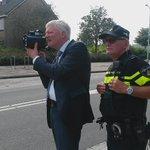 Burgemeester @TheoWeterings controleert de snelheid op de Noorderdreef in Nieuw-Vennep. Vanavond is er weer controle https://t.co/MrxhK1meJK