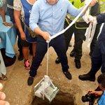 Alcalde @mrafael70 hace la colocación de la primera piedra en el Mercado Especializado. #ElMercadoSigueCambiando https://t.co/7em1q6k5es