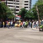 En varios sectores de Barranquilla, taxistas bloquearon sectores claves en movilización y se afectó @transmetrobaq https://t.co/TgP5uyKgNg