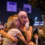 #instantané Deux rescapées de lattentat à laéroport dIstanbul se prennent dans les bras. Photo @ozannkosee #AFP https://t.co/caWA6hkbK7