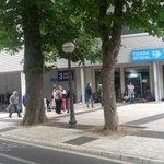 ¡Los primeros aficionados ya esperan en la @TiendaBKN_DA y en la Tienda de Mendi para subirse al carro de Primera! https://t.co/g61HwR0TeQ