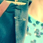 People around the UK are wearing a #SafetyPin in solidarity with immigrants https://t.co/gP6igopNmn https://t.co/aThDUNIs2V