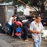 Cerca de Miraflores personas buscan comida en la basura https://t.co/1pWRkgU0Dg https://t.co/gCDoOo6nmO