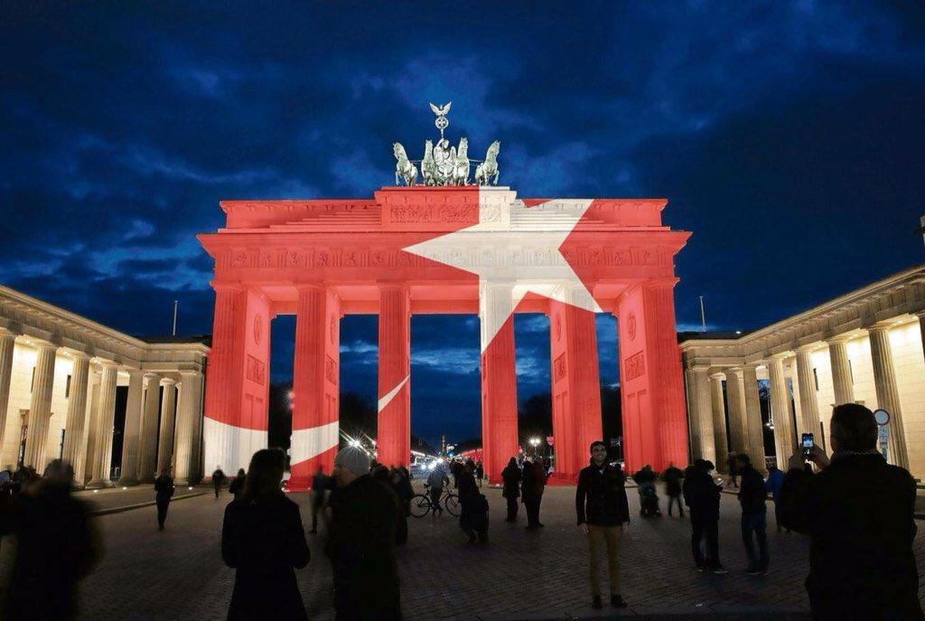 Son Dakika: Berlin Brandenburg Kapısı #AtatürkHavaLimanı kurbanlarıyla dayanışma için bu gece kırmızı beyaz olacak. https://t.co/FzdfUZ4aDL