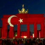 Berlins Brandenburg Gate lit up with Turkish al-bayrak in honor of #IstanbulAttack victims https://t.co/Ye7ZFH8m8r