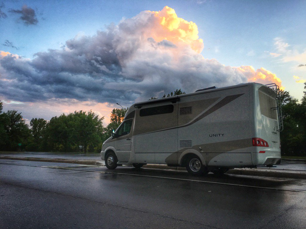 Giving our #unityfx by @leisurevans a little sunset rest. #ontheroad w @shanerobinson https://t.co/x6hhgsPWOi