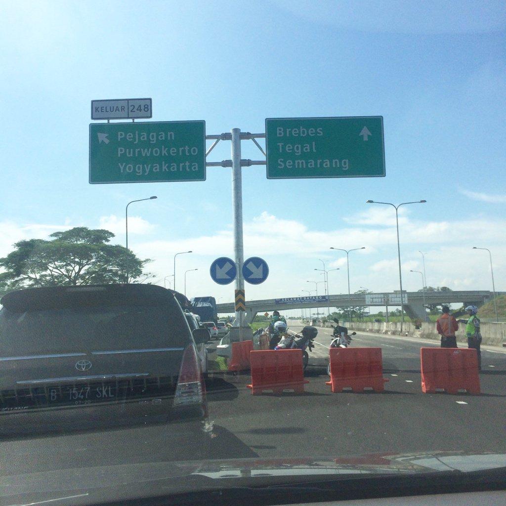 Ternyata Tol Pejagan - Brebes Timur sudah bisa dilewati, tapi ini sedang diberlakukan buka tutup jalan. Cc: @infoll https://t.co/svFnLZVILw