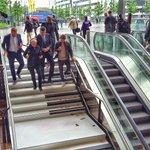 We hebben weer een trap bij Rotterdam Centraal! Een pianotrap! Kijk die wethoudertjes eens rennen. https://t.co/vuHdtmjbEx