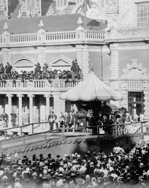 130 years ago today, Queen Victoria opened Royal Holloway College. https://t.co/QBszZZBG4A https://t.co/kyEjzGG5w6