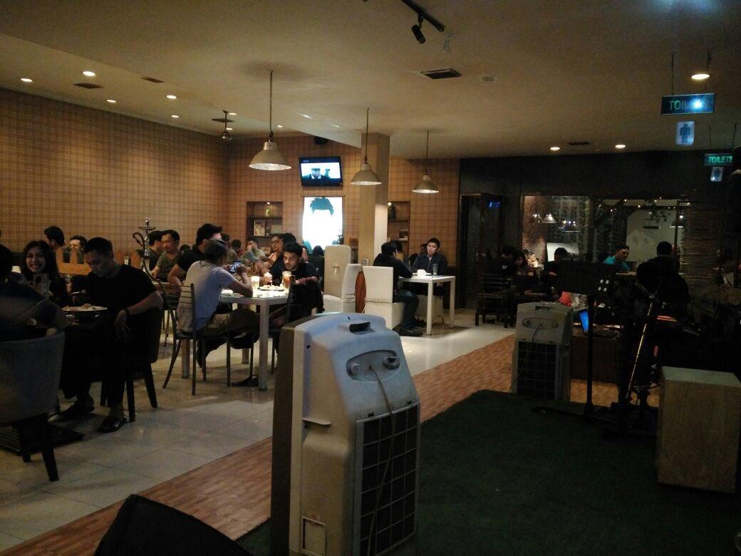 CmN1hmeVEAAAr7o Cafe 24 Jam Live Music, Hotspot dan Shisha di Bandung Murah