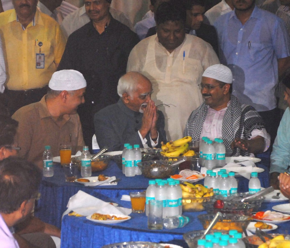 AGAIN. Non-muslims wearing cap while the muslims(VP Ansari and MLA Hussain) not wearing. Seriously amazing this https://t.co/WifKtE3Q4D