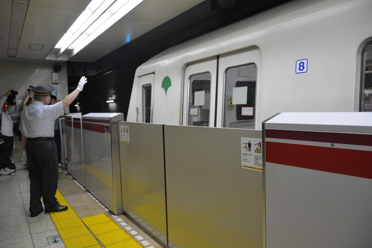 昨日6月30日、居合わせた多くのお客様に見守られ、大江戸線12-000形1次車はその役目を終えました。長い間本当にありがとう。お疲れ様でした。大江戸線では後輩たちが安全運行のバトンを引き継ぎますので、これからもよろしくお願いします! https://t.co/QyRva4k6QN