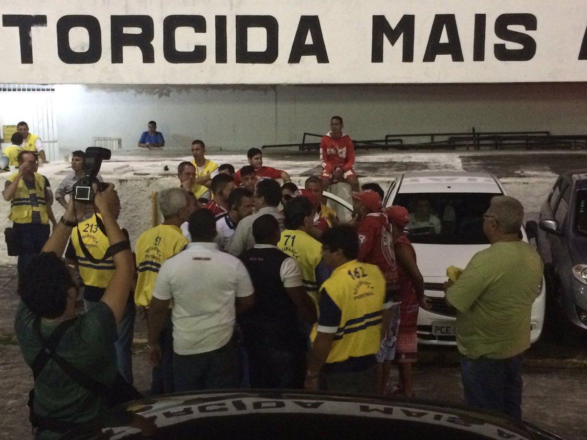 #JCEsportes Torcedores do Santa e seguranças do clube discutem no Arruda. Torcida veio pedir raça. Clima tenso https://t.co/WBhnVc7NY8