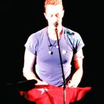 Coldplay solisti Berlin konserinde piyanoya Türk bayrağı koyarak Havalimanı saldırısında hayatını kaybedenleri andı. https://t.co/gyOQg1bY1F