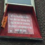 Sigarenhandel Van Dam op Zuid stopt ermee na 12 overvallen en een steekpartij. Boven zijn winkel hangt deze tekst: https://t.co/CoB7eW3xhH
