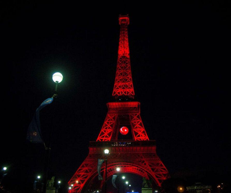 Attentat istanbul la tour eiffel aux couleurs de la - Couleur de la tour eiffel ...