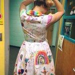 오클라호마의 초등학교 교사인 ShaRee Castlebury...그녀는 수업 마지막 날에 학생들에게 자신의 원피스에 그림을 그리게 했는데, 이렇게 근사한 옷이 완성되었다... https://t.co/gcSgNbSj3M